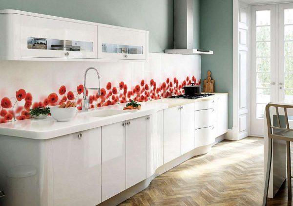 паркетная доска на полу белой кухни