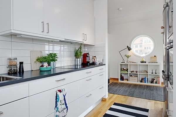 простой белый интерьер кухни