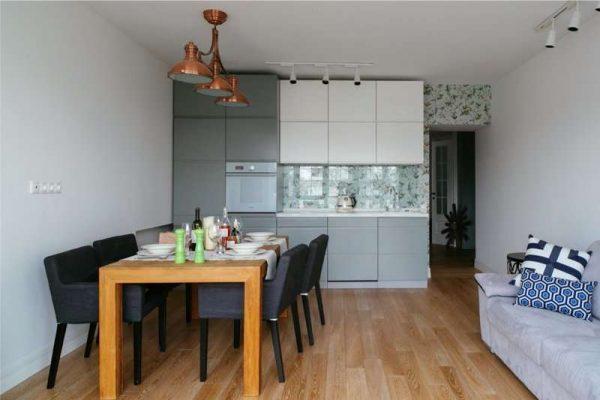 обеденный стол на светлой кухне