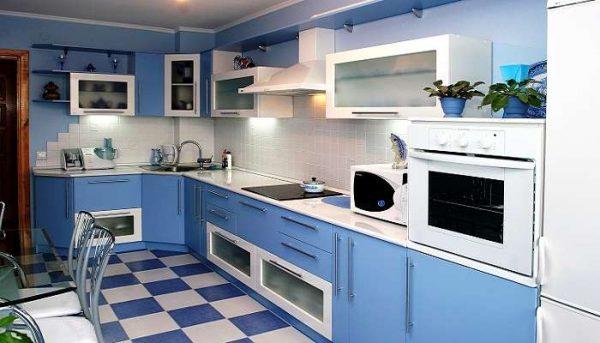 синяя угловая кухня с белой столешницей