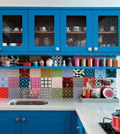 синяя кухня с ярким фартуком из разноцветного кафеля
