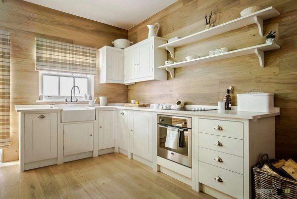 белая угловая кухня в простом интерьере