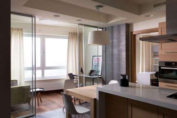 раздвижные двери на балконе совмещённом с кухней