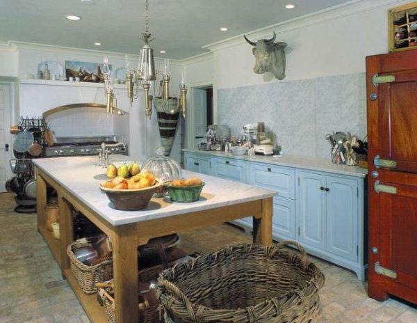 интерьер голубой кухни с островом