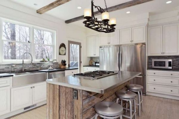 дизайн кухни с деревянным островом