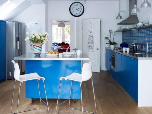 дизайн синей кухни с островом