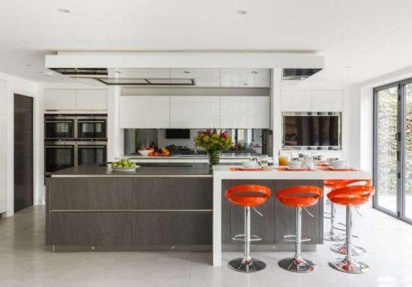 дизайн серой кухни с островом и красными стульями