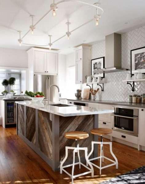 дизайн кухни с островом и мраморной столешницей