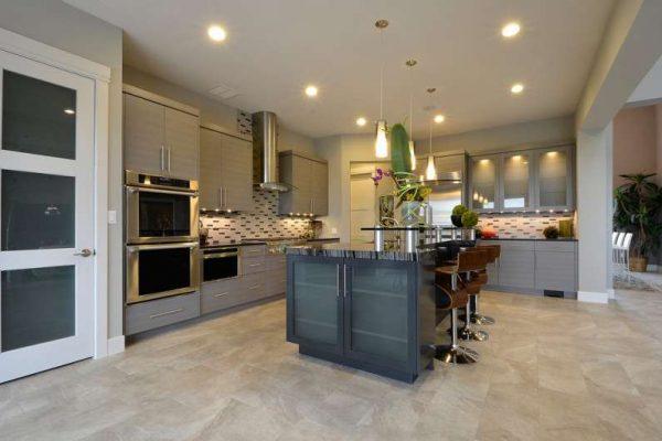 дизайн кухни с островом со встроенными шкафами