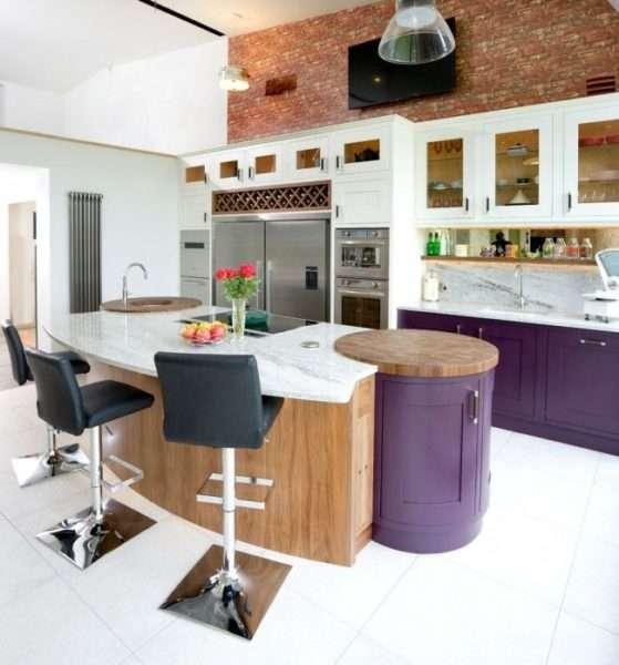 дизайн кухни с островом и барными стульями