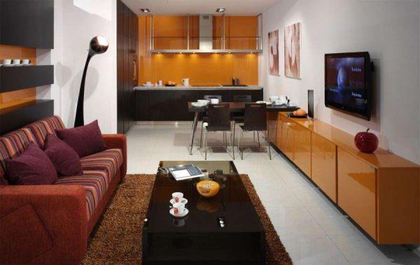 узкая комната совмещённой гостиной с кухней