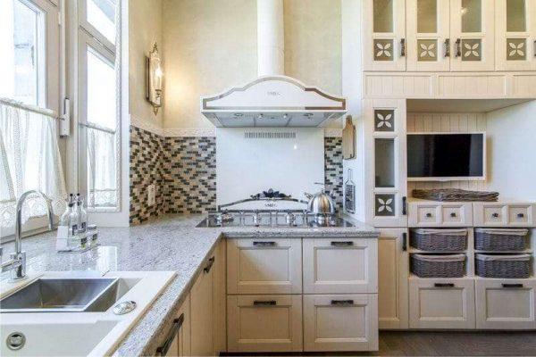 белый интерьер кухни в английском стиле