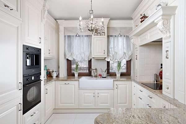 хрустальная люстра на кухне в английском стиле