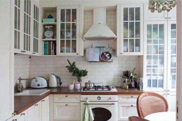 угловая белая кухня в английском стиле