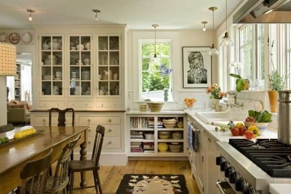 рабочая зона у окна на кухне в английском стиле