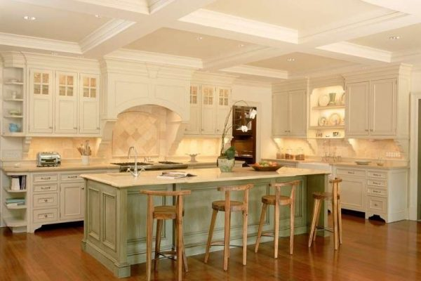 белый потолок на кухне в английском стиле
