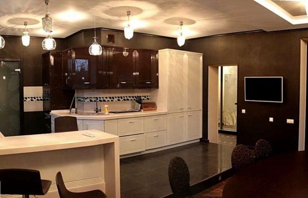 подиум на кухне совмещённой с гостиной в загородном доме