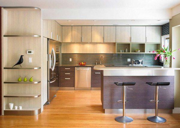 барная стойка зонирует кухню с гостиной в частном доме