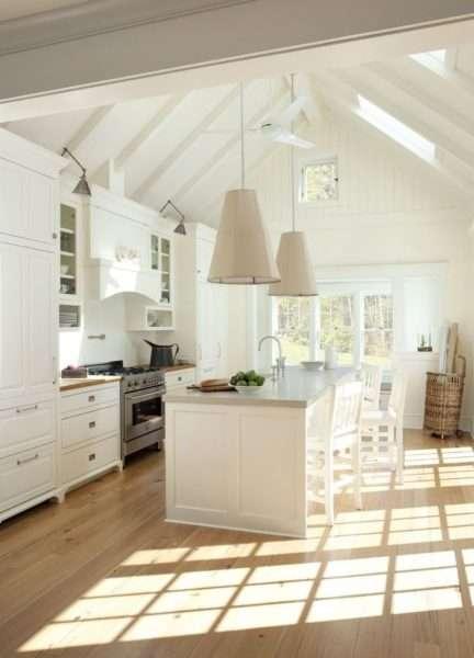 светлая кухня совмещённая с гостиной