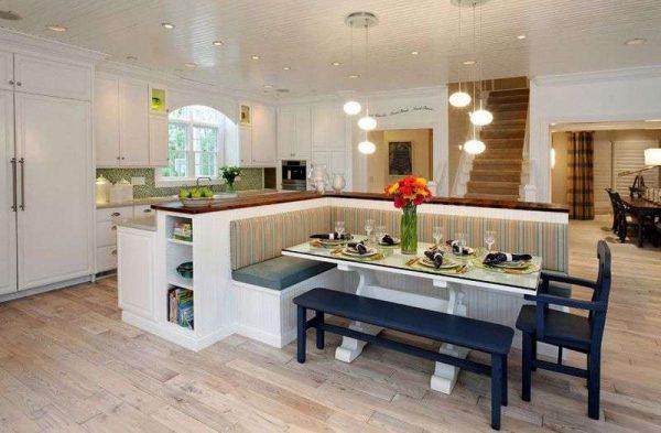 столовая зона по центру кухни совмещенной в гостиной в доме загородном