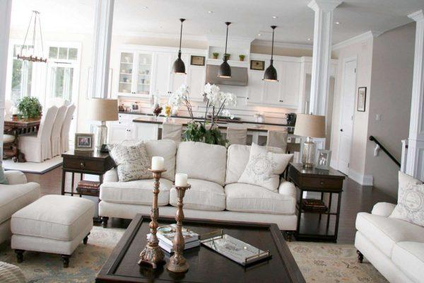 белая классика на кухне совмещённой с гостиной в частном доме
