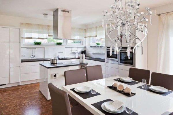 обеденная зона на кухне совмещённой с гостиной в доме