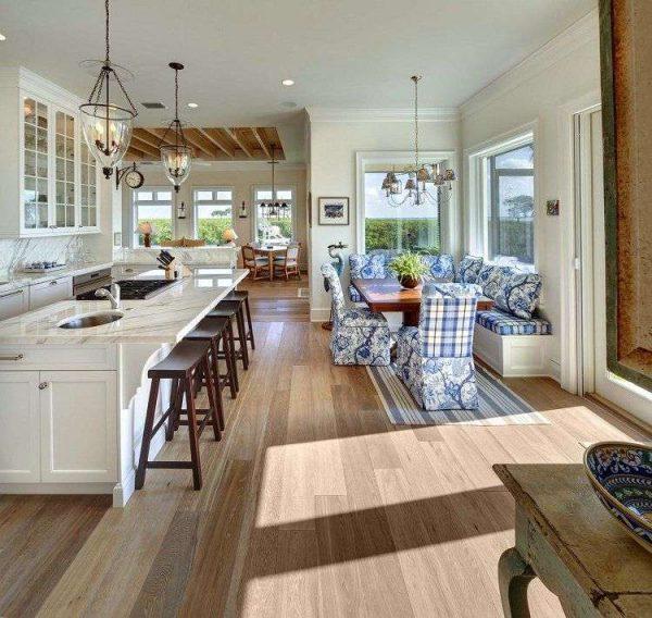 светлая кухня совмещённая с гостиной в частном доме