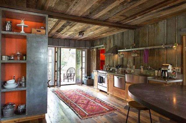 деревенский стиль на кухне совмещённой с гостиной в частном доме
