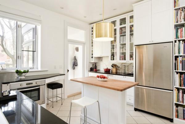 белая кухня совмещённая с гостиной в частном доме с библиотекой