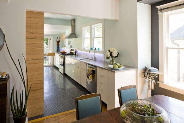 столовая зона на кухне совмещённой с гостиной в частном доме