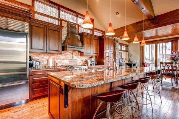 деревянная кухня совмещённая с гостиной в частном доме