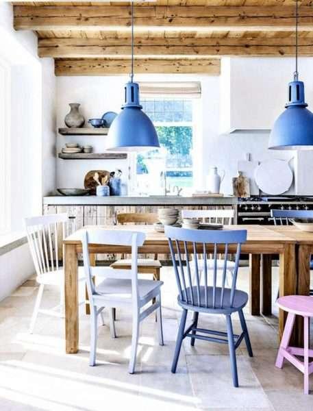 яркие стулья на кухне совмещённой с гостиной в частном доме