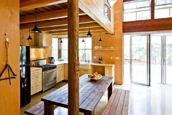 деревянная колонна на кухне совмещённой с гостиной в частном доме