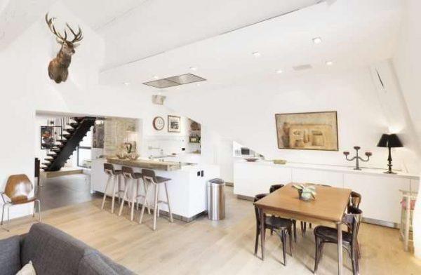 белые стены на кухне совмещённой с гостиной в частном доме