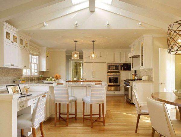 светлый интерьер на кухне совмещённой с гостиной в частном доме