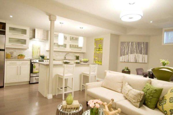 зонирование колонной на кухне совмещённой с гостиной в частном доме