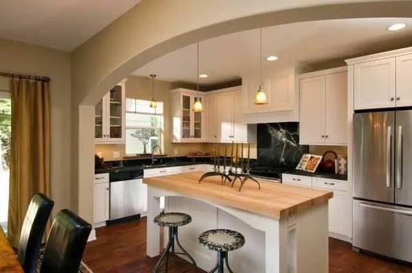 арка для зонирования на кухне совмещённой с гостиной в частном доме