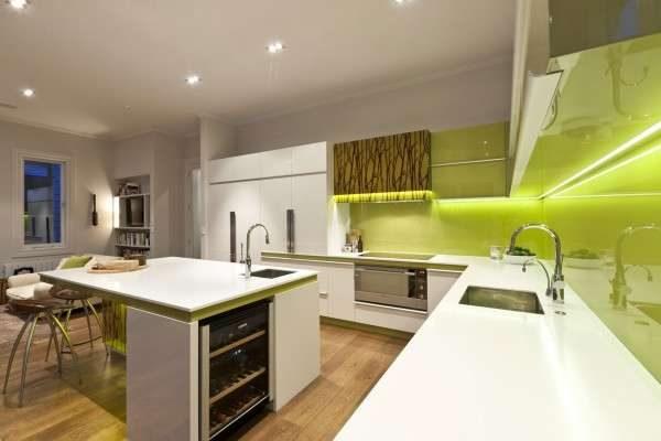 фартук оливкового цвета на белой кухне
