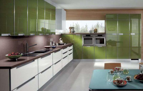 серая плитка на полу кухни оливкового цвета