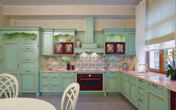 угловая кухня оливкового цвета в стиле прованс