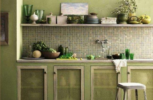 кухня оливкового цвета с открытыми полками