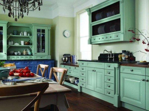 кухня мятного цвета со стенам оливкового оттенка