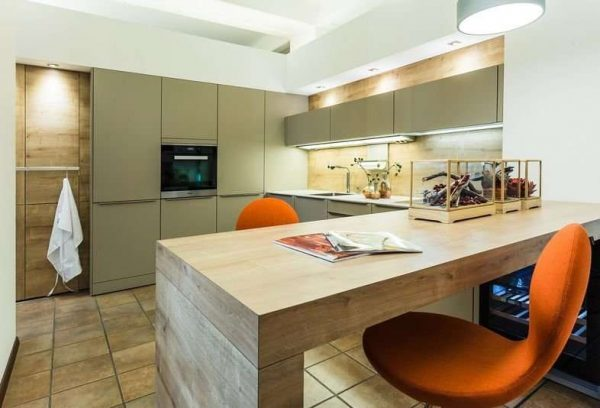 кухня оливкового цвета с деревянной мебелью