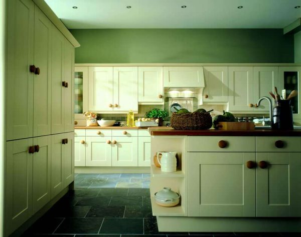 кухня оливкового цвета с островом