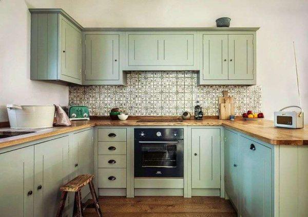 П-образная кухня оливкового цвета с деревянной столешницей