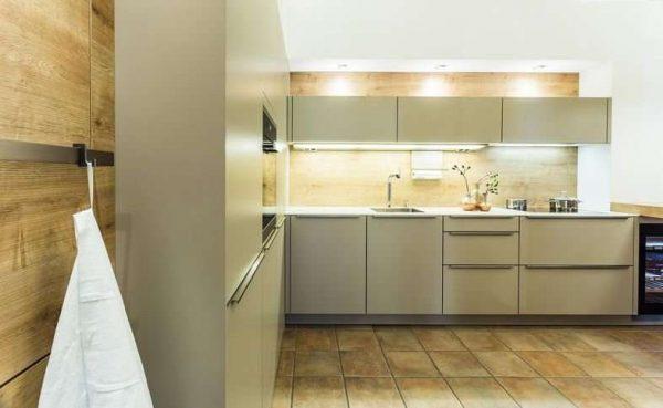 угловая кухня оливкового цвета с деревянными панелями на стенах