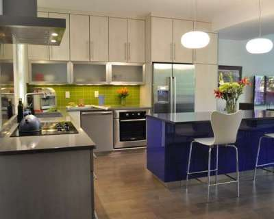 салатовый фартук на кухне и фиолетовый стол
