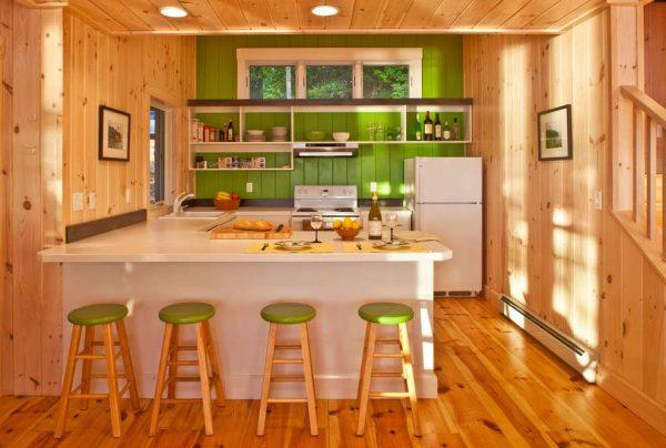 салатовые стулья и стена на деревянной кухне