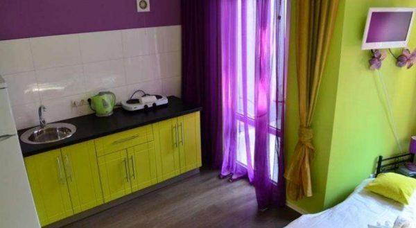 фиолетовые шторы на салатовой кухне