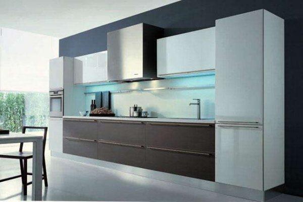 чёрная стена на кухне в минималистическом стиле